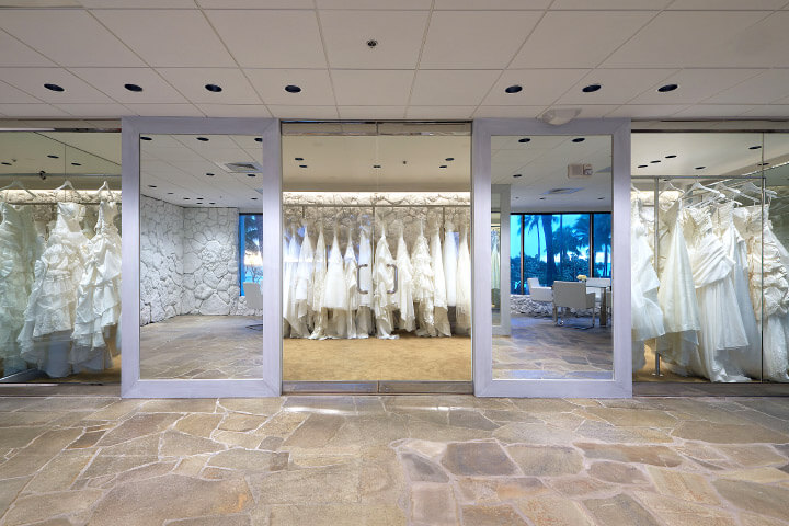 ワイキキの海を眺めながらウェディングドレスを選べる開放感のあるドレスルームです。