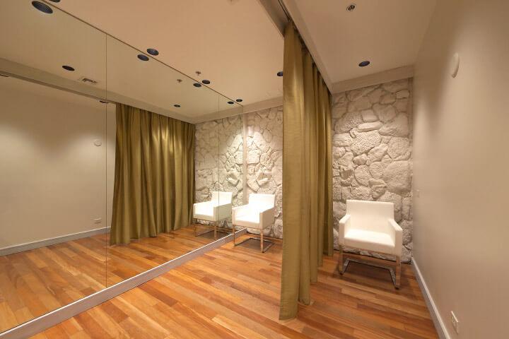 フィッティングルームは、落ち着いた雰囲気の中で新婦様が納得の行くまで試着ができます。