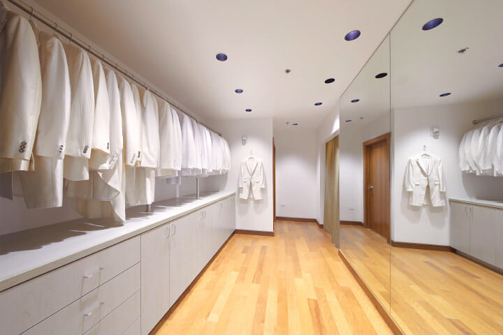 新郎様専用フィッティングルームは、タキシードを選びながら試着ができるよう片面ガラス張りのお部屋になっております。